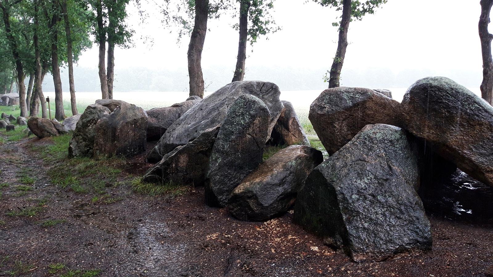 Findlinge eines alten Steingrabes