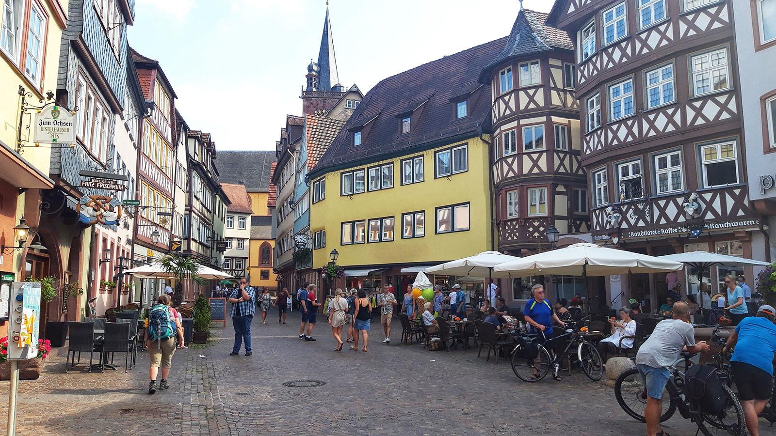 Menschen bummeln in der Altstadt von Wertheim