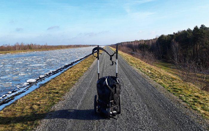 Serviceweg am Elbe Seitenkanal, mein Pilgerwagen im Vordergrund