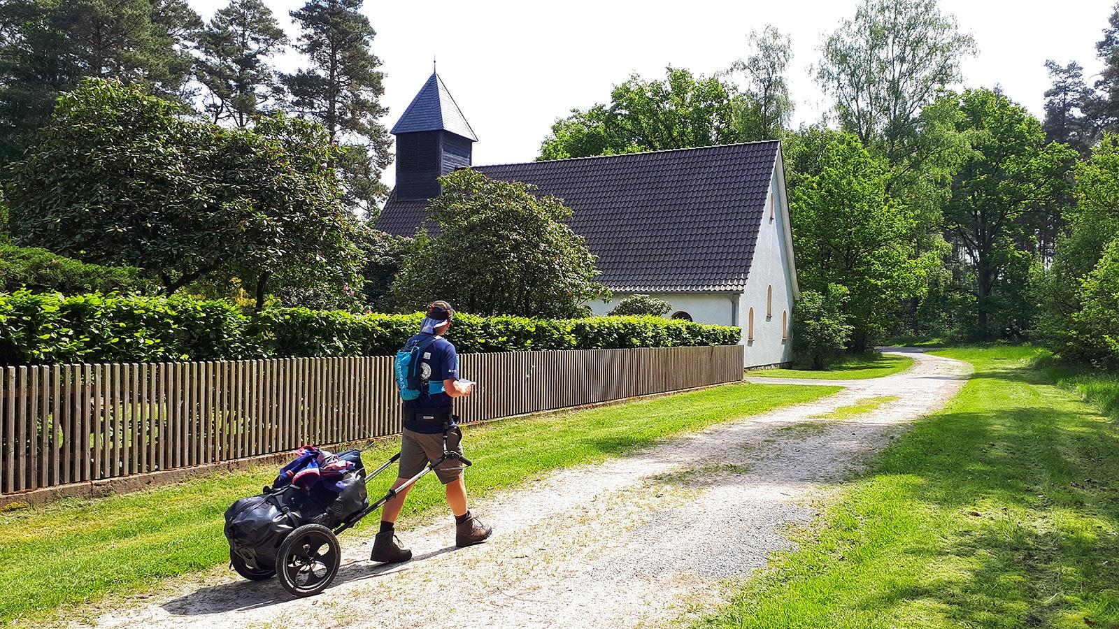 Wanderer vor einer Kapelle im Landkreis Gifhorn