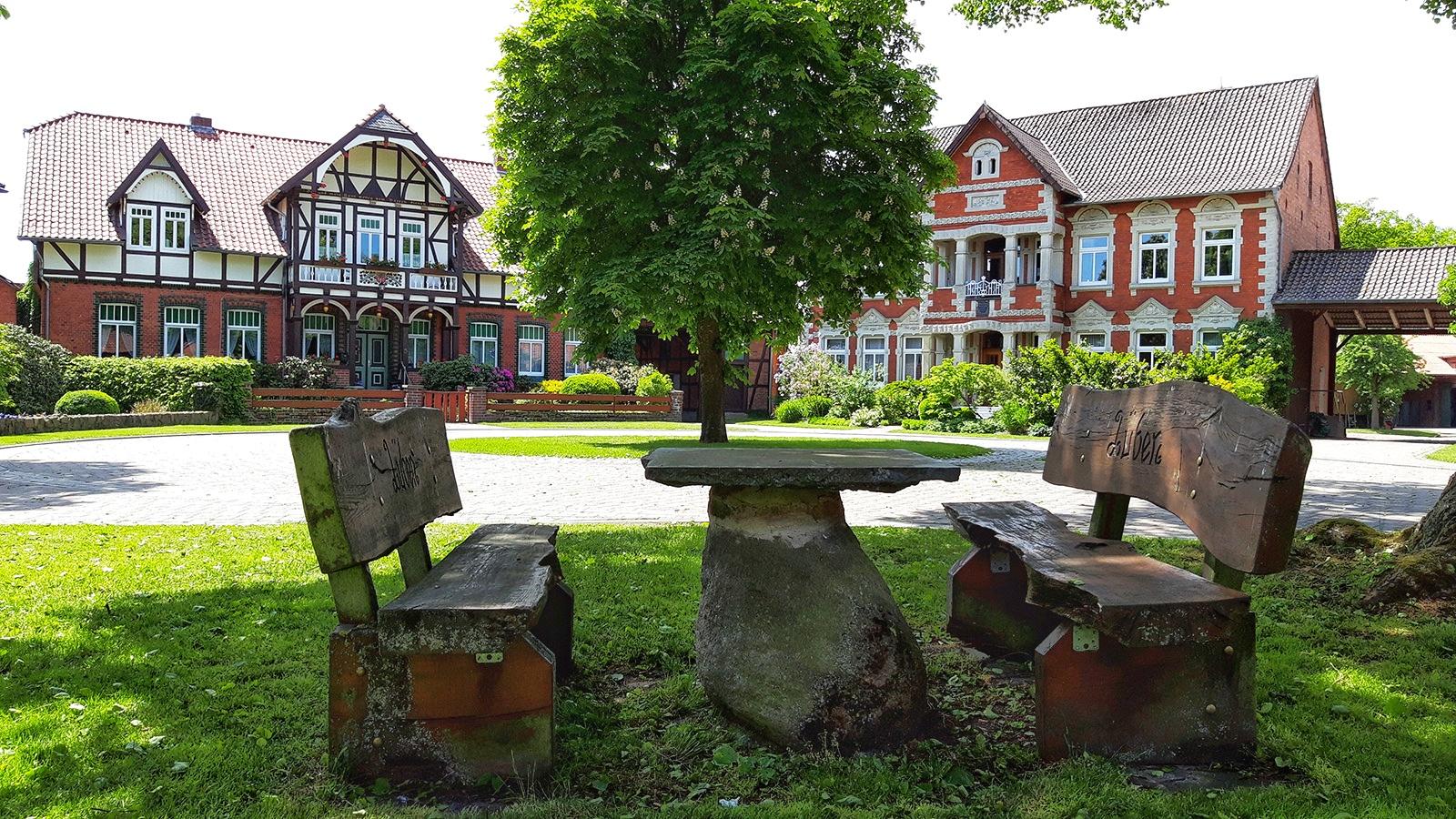 Sitzplatz vor zwei alten Häusern