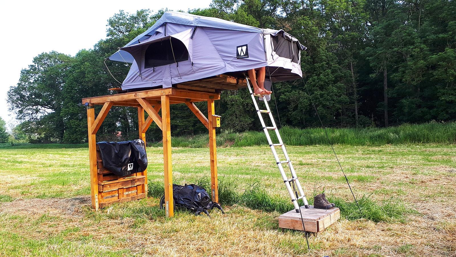 Dachzelt auf einem Holzgestell