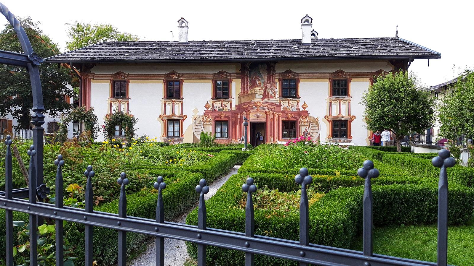 Bemaltes Haus mit Garten in Oberammergau