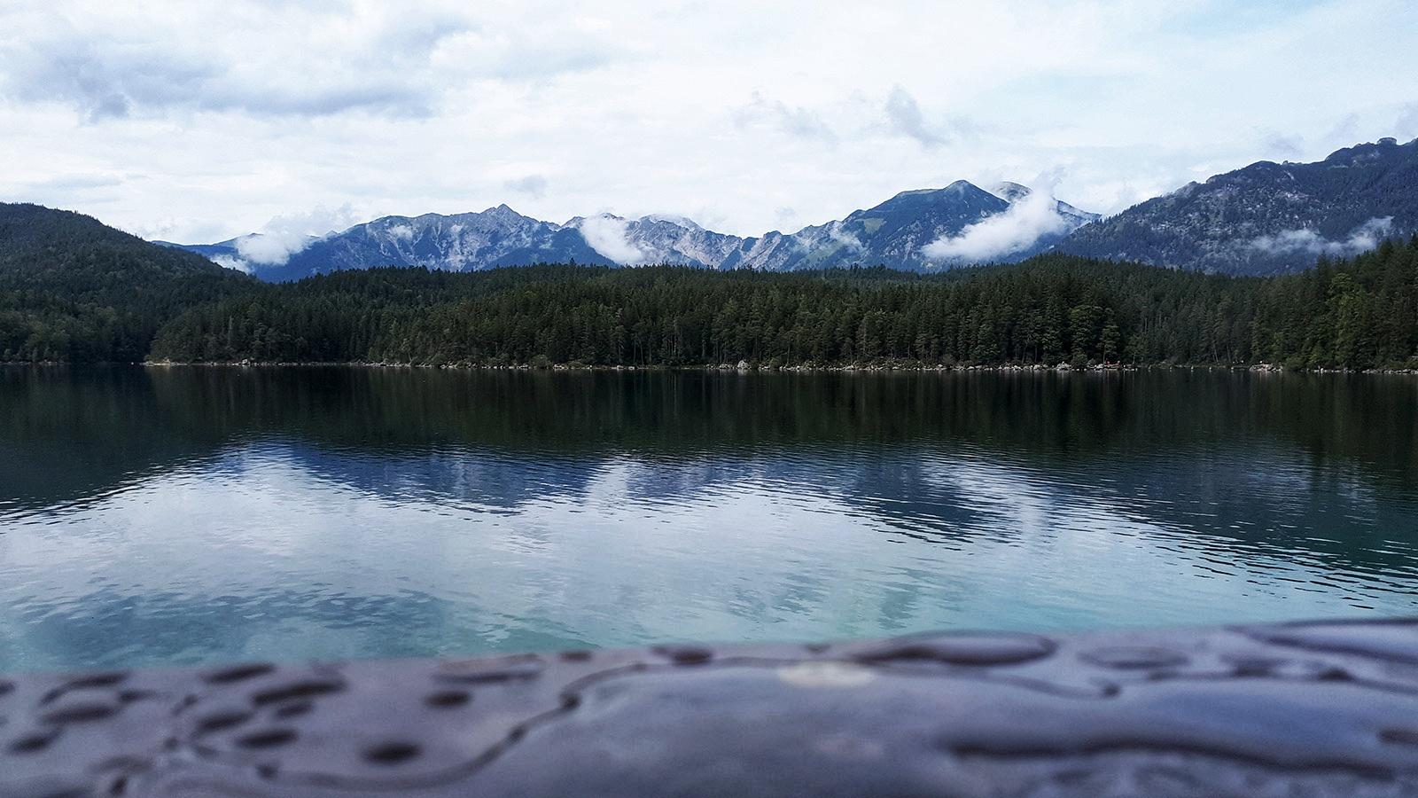 Blick über den Eibsee auf die Berge