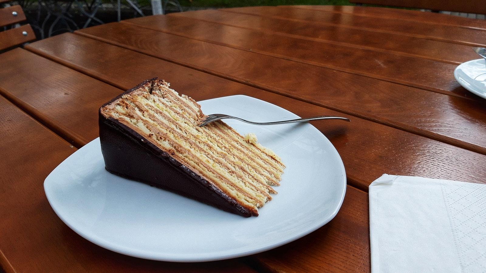Ein Stück Torte auf einem Teller