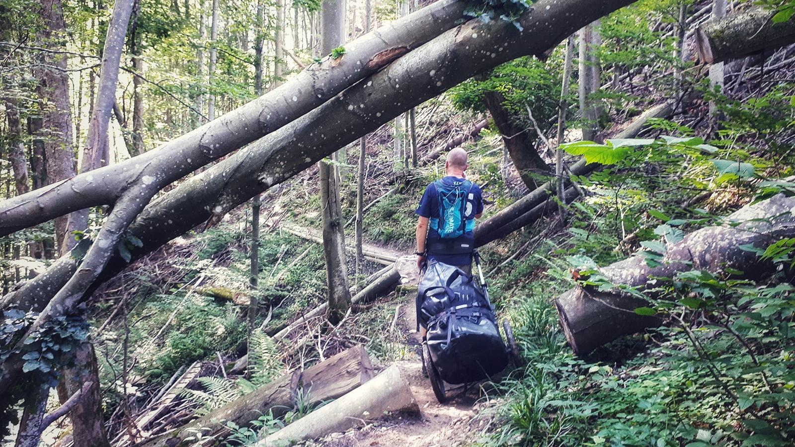 Wanderer mit Pilgerwagen auf schwierigem Trail