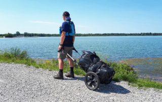 Wanderer mit Pilgerwagen am Mandichosee