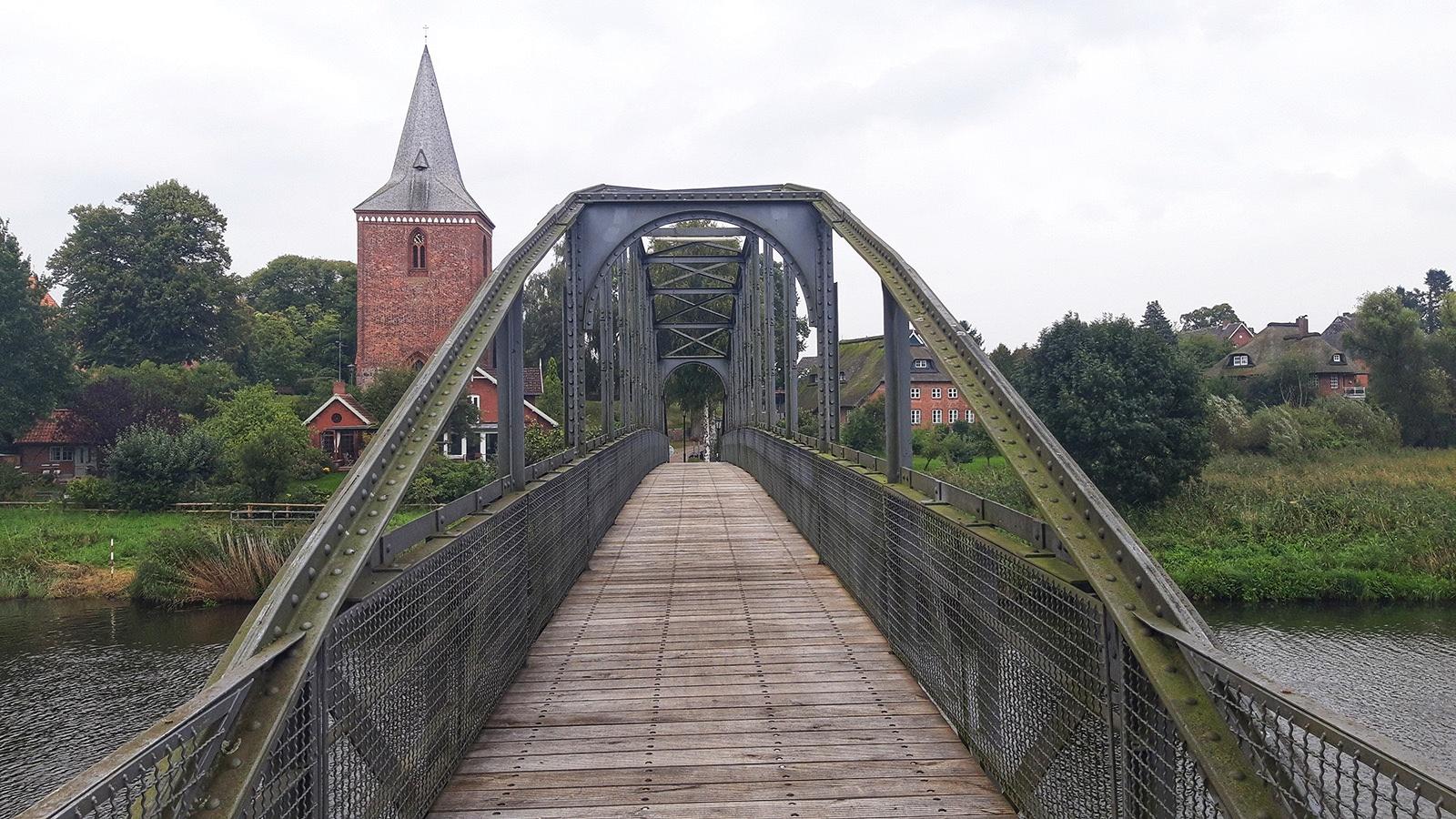 Blick über die Kanalbrücke auf die Kirche von Berkenthin