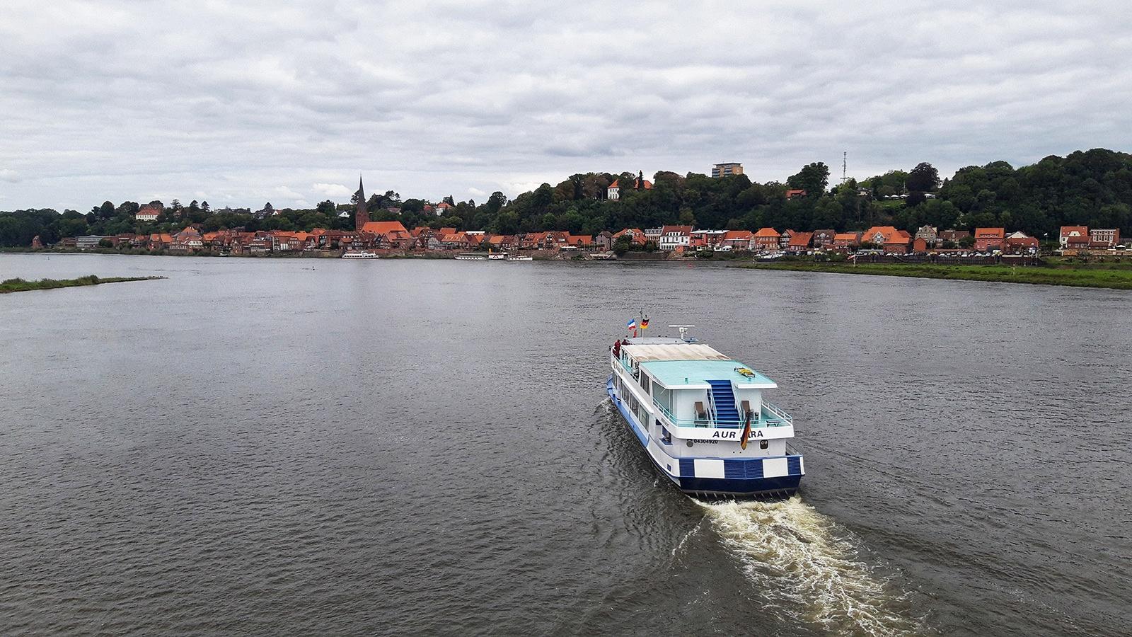Ausflugsschiff auf der Elbe vor Lauenburg