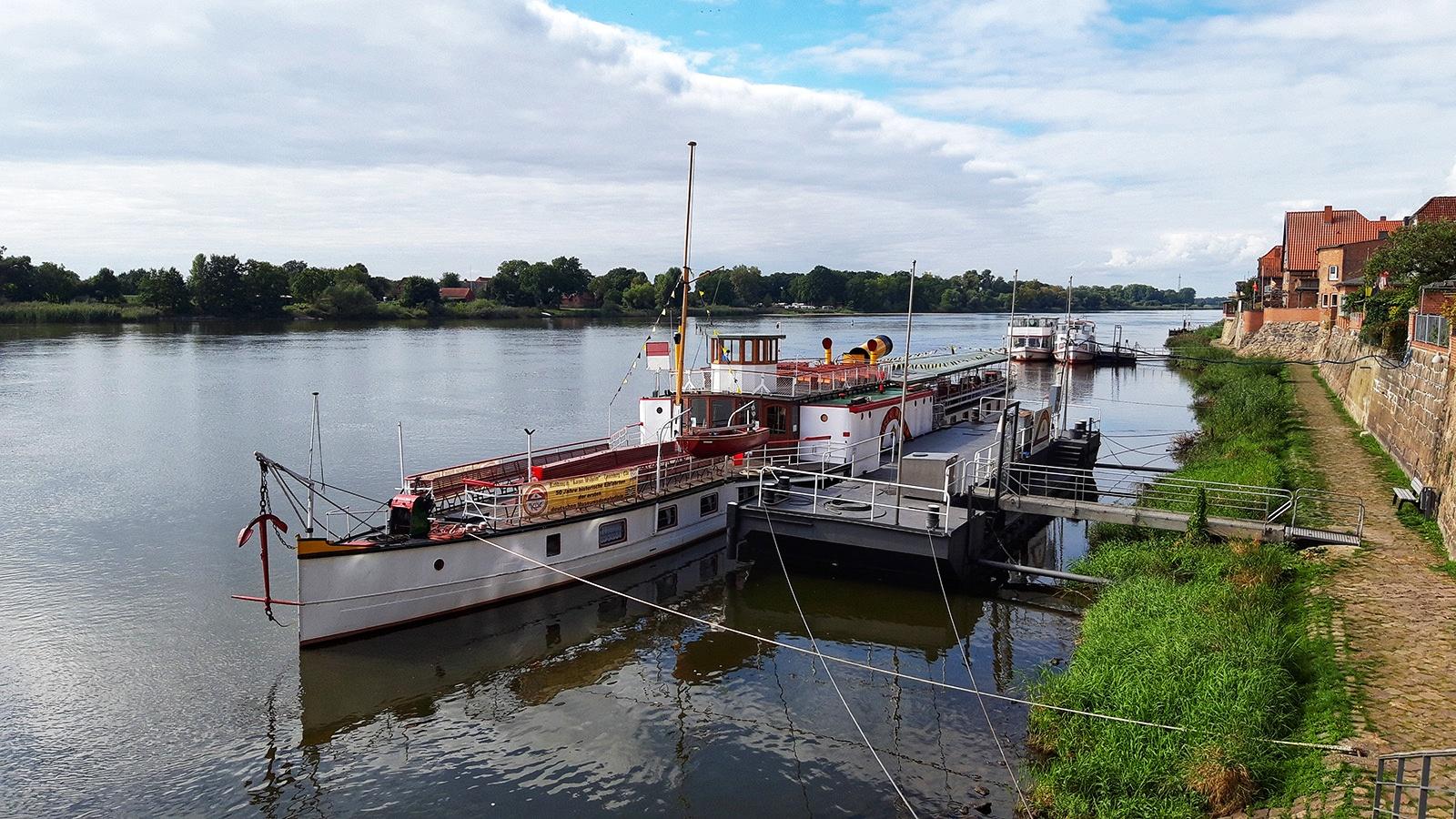 Raddampfer vor der Promenade in Lauenburg/ Elbe