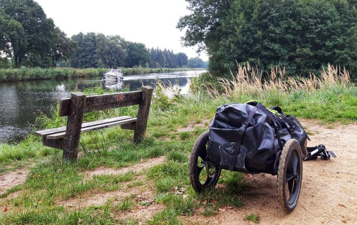 Pilgerwagen vor Bank am Elbe-Lübeck-Kanal