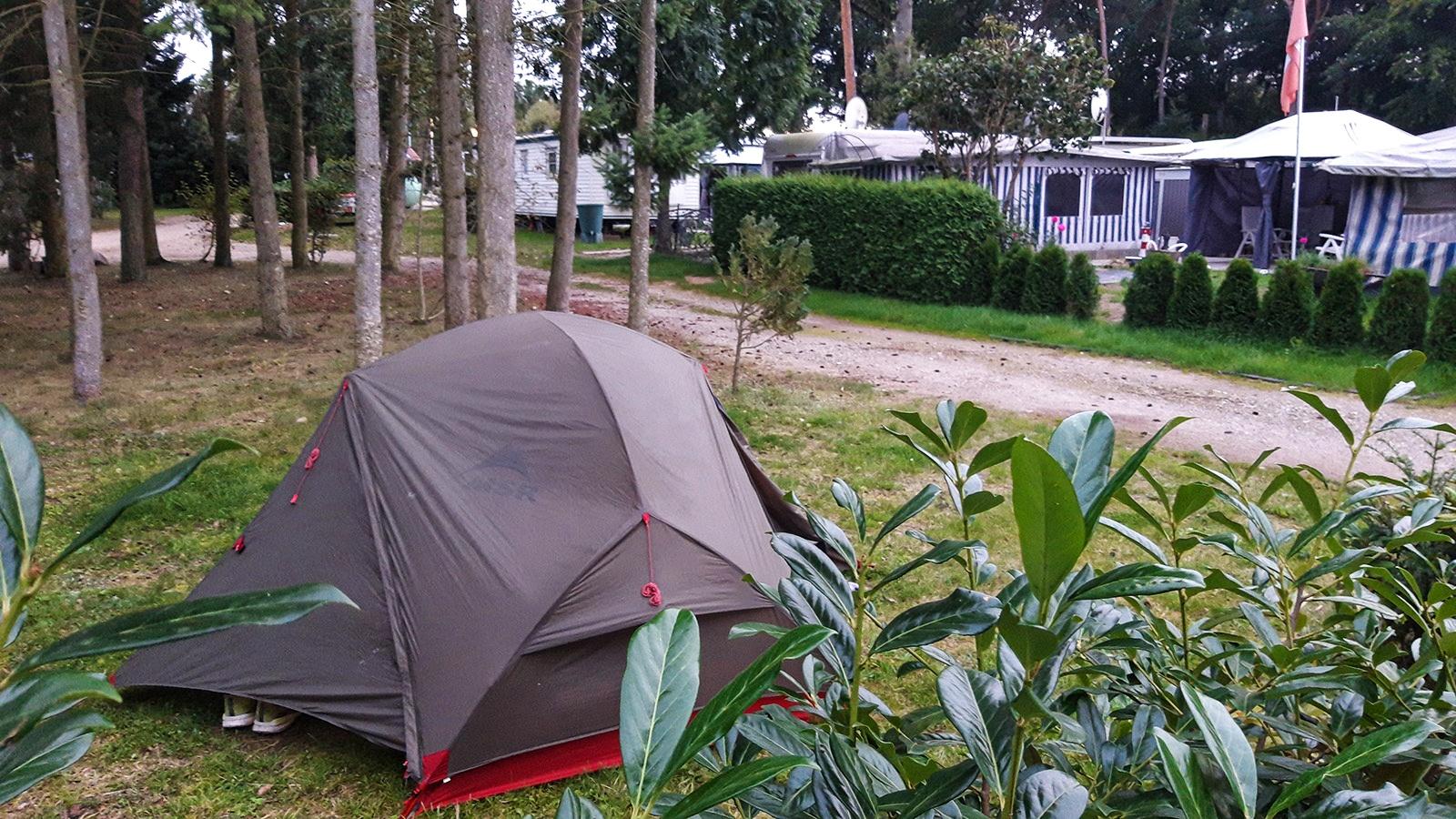 Trekking-Zelt auf Campingplatz